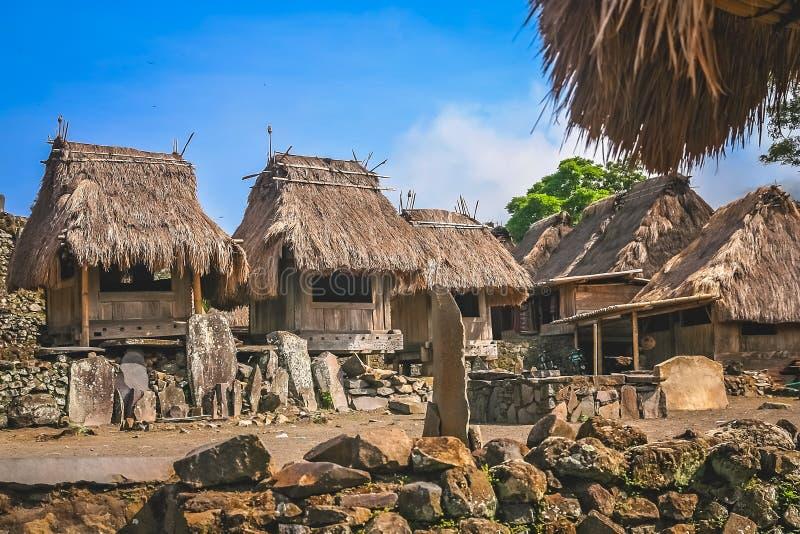 Παλαιές ξύλινες καλύβες στο χωριό Bena στοκ εικόνες