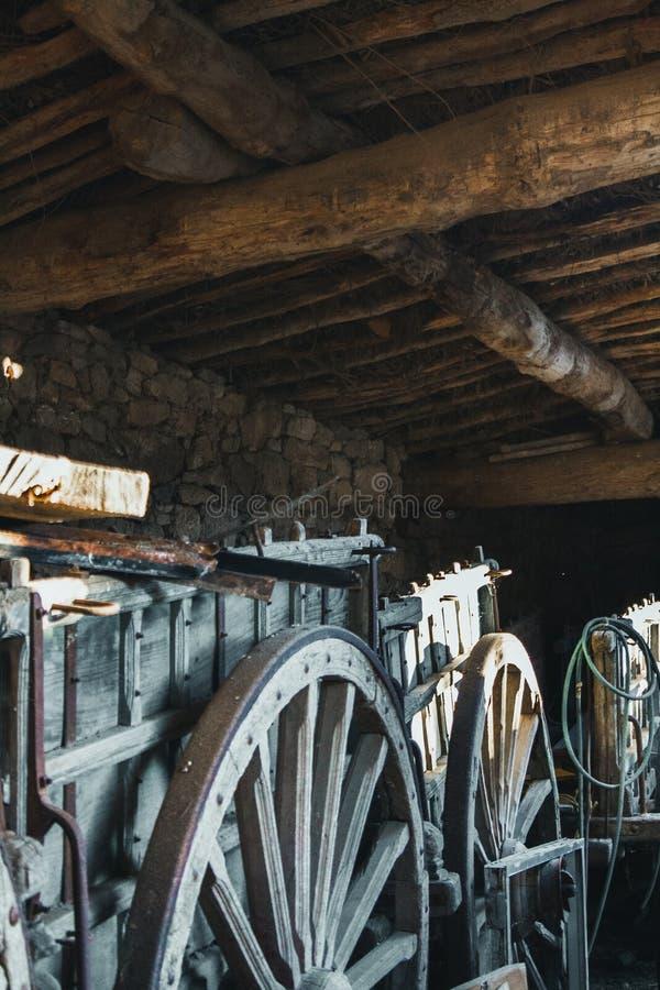 Παλαιές ξύλινες μεταφορές σε ένα παλαιό υπόστεγο στοκ εικόνες
