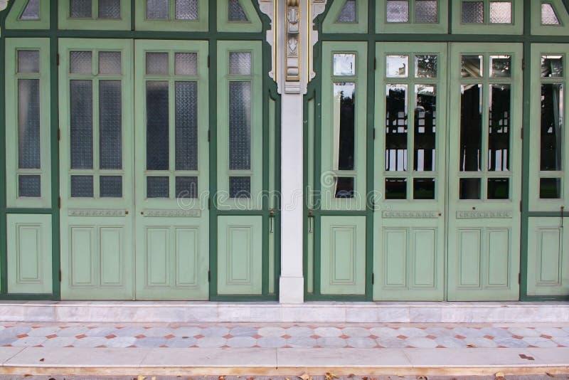 Παλαιές ξύλινες πράσινες πόρτες στοκ φωτογραφίες