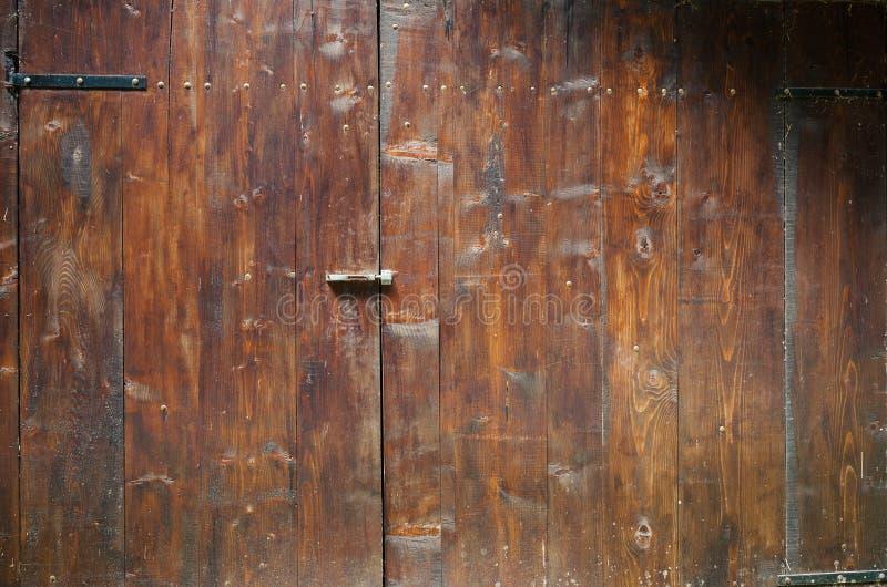 Παλαιές ξύλινες πόρτες γκαράζ στοκ φωτογραφίες