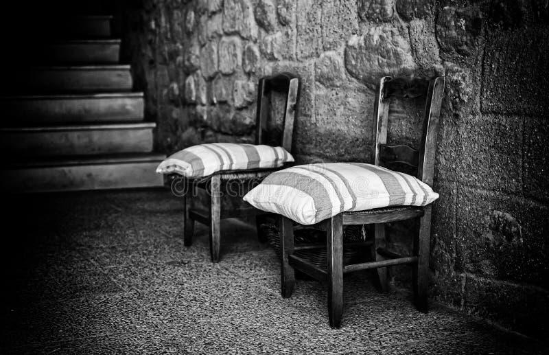 Παλαιές ξύλινες του χωριού καρέκλες στοκ εικόνες