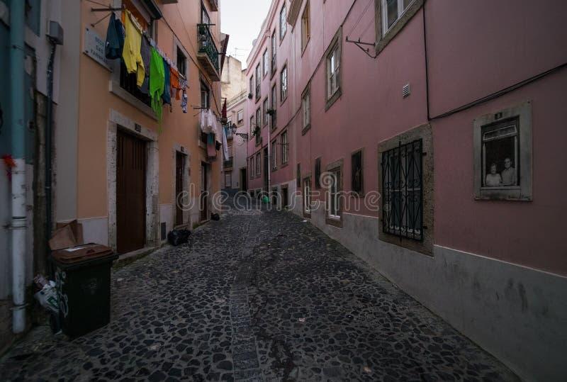 Παλαιές οδοί και η συνηθισμένη ζωή της πόλης της Λισσαβώνας Πορτογαλία στοκ φωτογραφίες με δικαίωμα ελεύθερης χρήσης