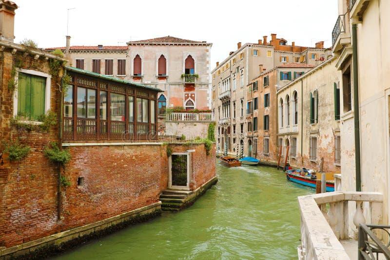 Παλαιές παλάτια και βάρκες στο κανάλι στη Βενετία, Ιταλία στοκ φωτογραφίες με δικαίωμα ελεύθερης χρήσης