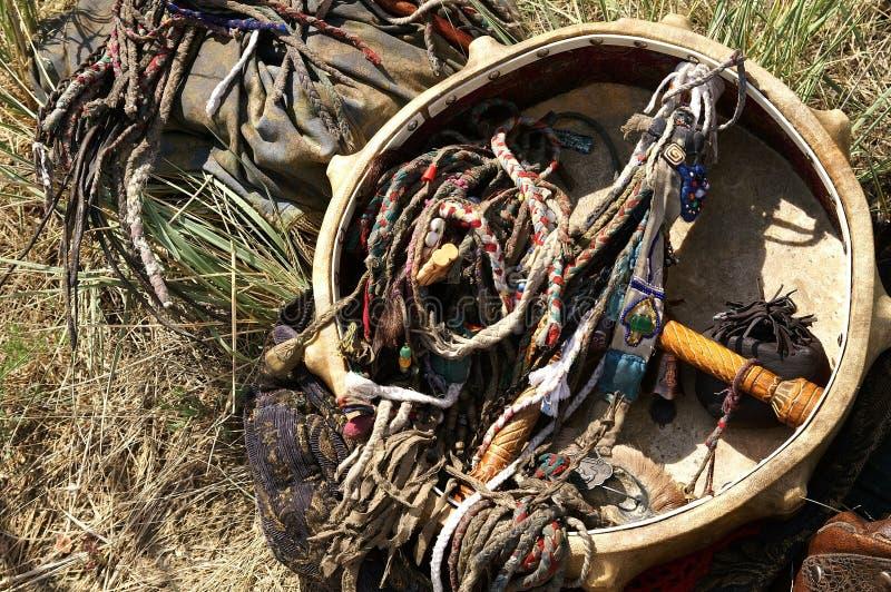Παλαιές παραδοσιακές εξαρτήματα και περιουσίες σαμάνων - το εθιμοτυπικό s στοκ εικόνα με δικαίωμα ελεύθερης χρήσης