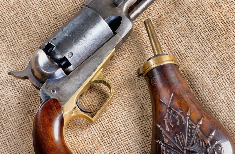 Παλαιές πιστόλι κάουμποϋ και φιάλη πυρίτιδας στοκ φωτογραφίες