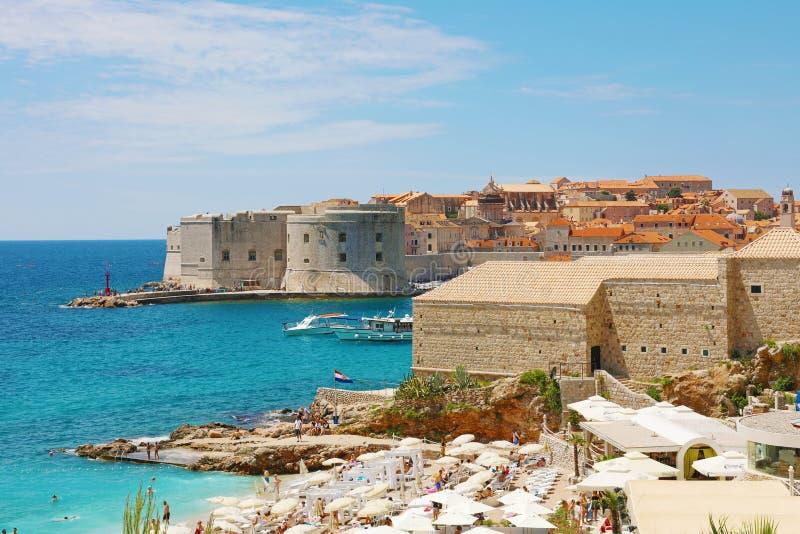 Παλαιές πόλη Dubrovnik και παραλία Banje, αδριατική θάλασσα, Κροατία στοκ φωτογραφία