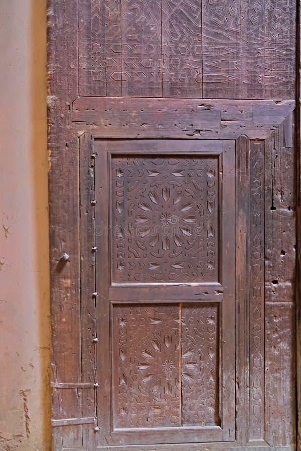 Παλαιές πόρτες στο εσωτερικό του παλαιών σιτοβολώνα και του σταύλου του Heri ES-Souani σε Meknes, Μαρόκο στοκ εικόνα