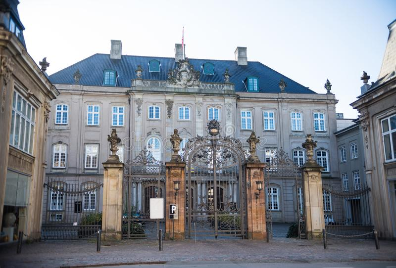 παλαιές πύλες, κενή κάρτα και όμορφο ιστορικό κτήριο στοκ φωτογραφίες