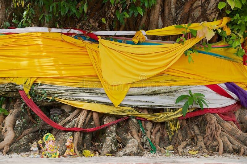Παλαιές ρίζες δέντρων με τα gibbons και κούκλες στο βουδιστικό ναό Wat Phra Mahathat Woramahawihan σε Nakhon Sri Thammarat, Ταϊλά στοκ φωτογραφίες