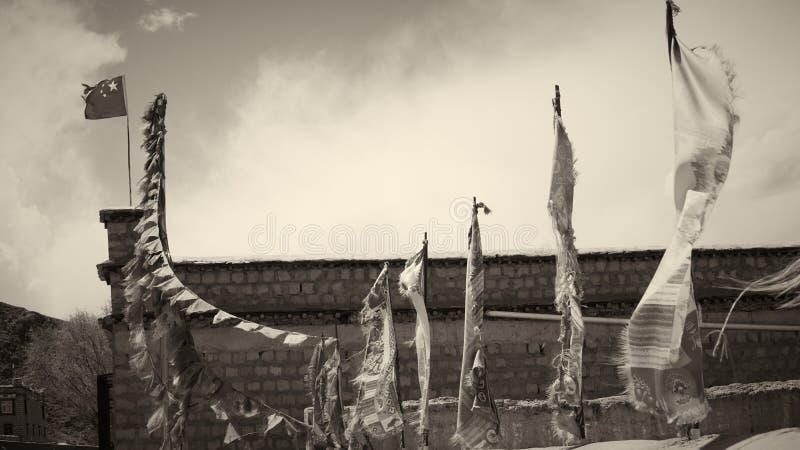 Παλαιές σημαίες στο κτήριο με το γραπτό τόνο στοκ εικόνα