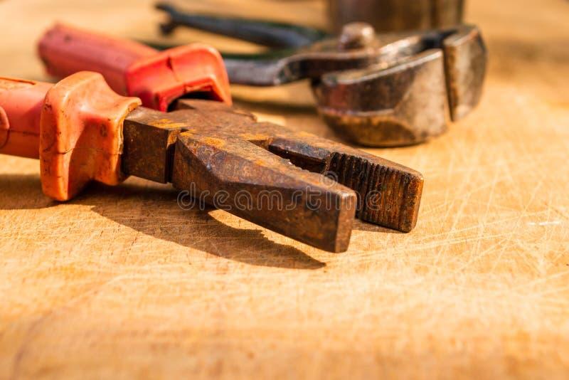 Παλαιές σκουριασμένες, εκλεκτής ποιότητας πένσες με τη πένσα στον πίσω, μουτζουρωμένος Γενικά, οι πένσες αποτελούνται από ένα ζευ στοκ εικόνες