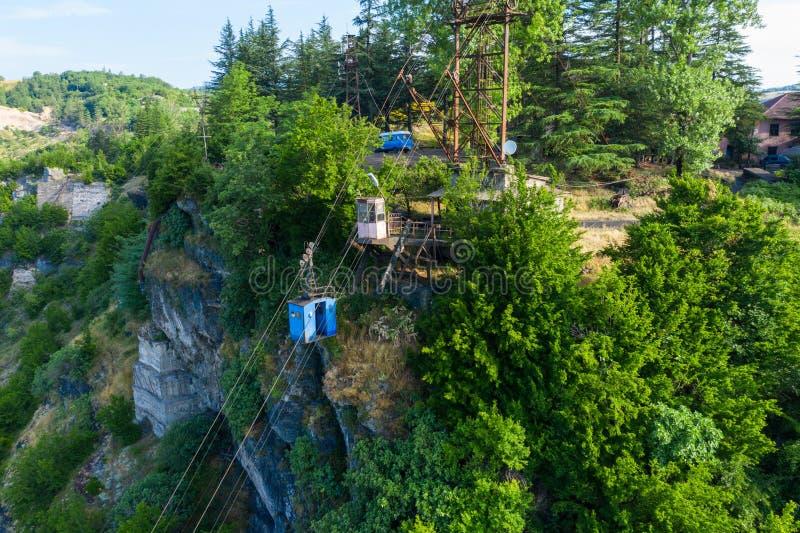 Παλαιές σκουριασμένες και λειτουργούσες ropeway ή τελεφερίκ καμπίνες σε Chiatura Ορυχείο Ropeway στο σταθμό Rgani στοκ εικόνες
