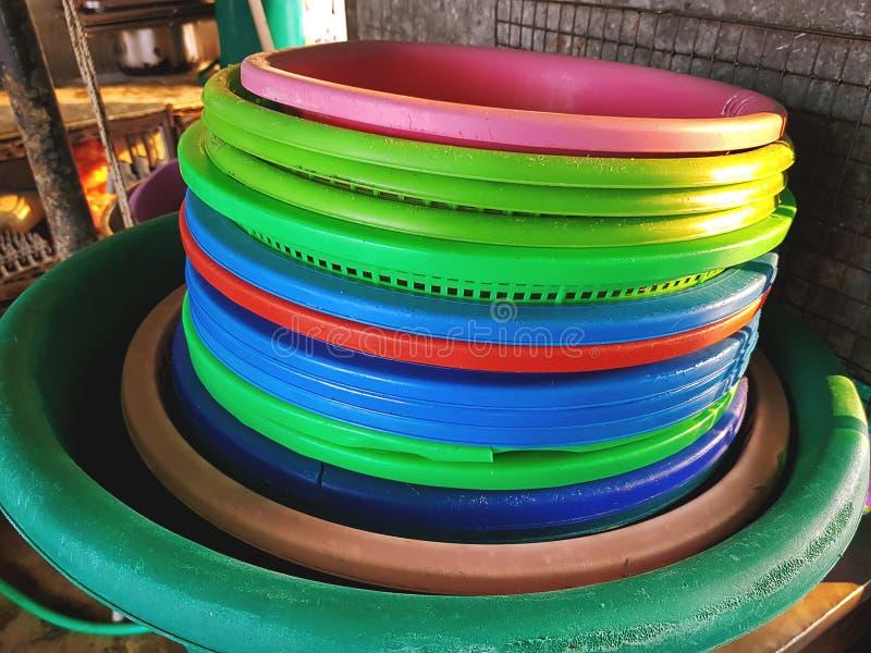 Παλαιές συσσωρευμένες ζωηρόχρωμες πλαστικές σκάφες στην κουζίνα στοκ εικόνα με δικαίωμα ελεύθερης χρήσης