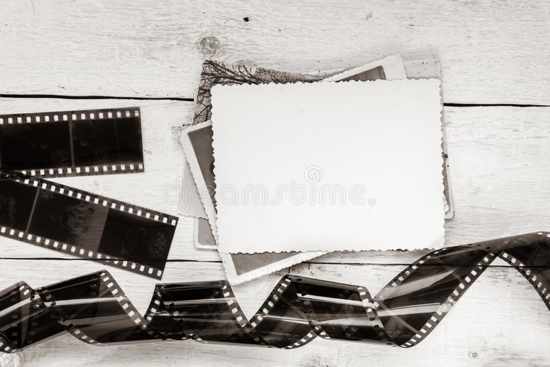 Παλαιές ταινία και φωτογραφία στο άσπρο ξύλινο υπόβαθρο Κενό πλαίσιο για το σχέδιο στοκ φωτογραφία