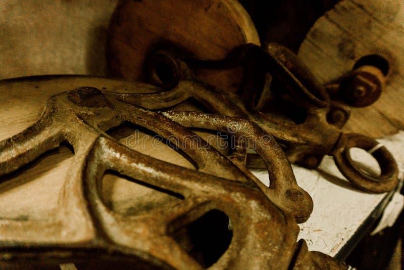Παλαιές τροχαλίες με το ξεπερασμένο μέταλλο στοκ εικόνες
