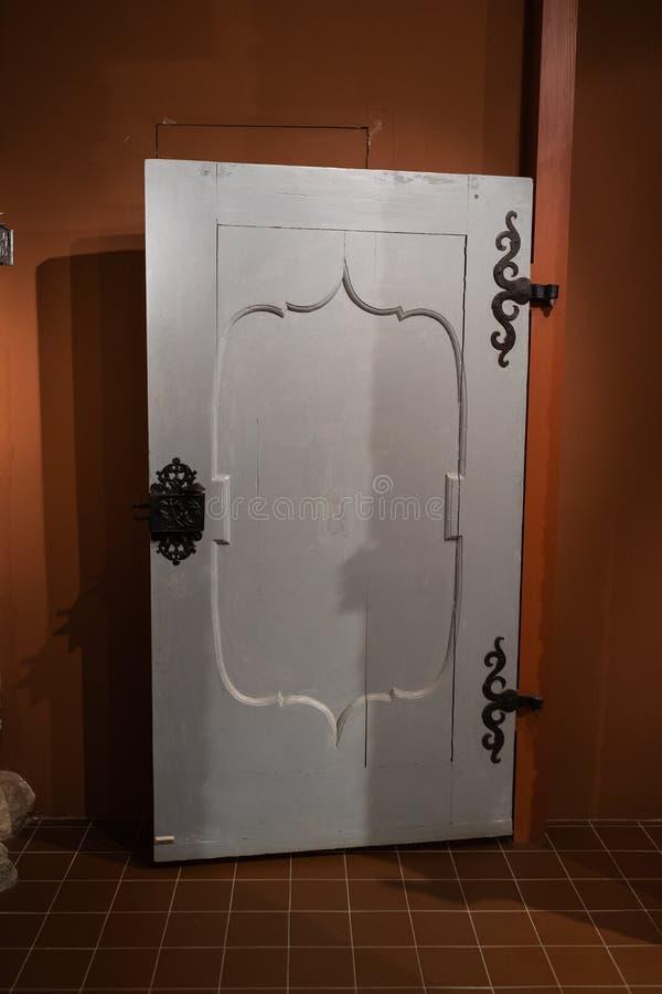Παλαιές τρύπες πορτών και λαβές - ξύλινη είσοδος στους τουβλότοιχους -  στοκ φωτογραφίες με δικαίωμα ελεύθερης χρήσης
