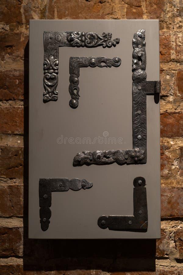 Παλαιές τρύπες πορτών και λαβές - ξύλινη είσοδος στους τουβλότοιχους -  στοκ εικόνες