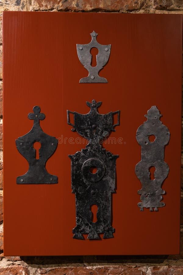 Παλαιές τρύπες πορτών και λαβές - ξύλινη είσοδος στους τουβλότοιχους -  στοκ φωτογραφίες