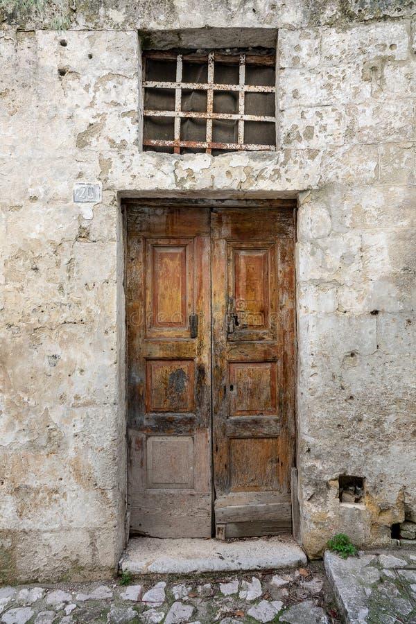 Παλαιές φθαρμένες ξύλινες πόρτες στοκ φωτογραφία