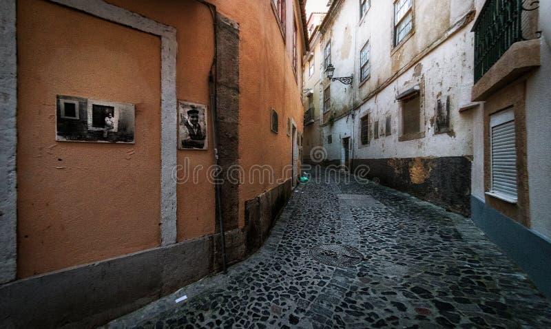 Παλαιές χρωματισμένες οδοί και η συνηθισμένη ζωή της πόλης της Λισσαβώνας Πορτογαλία στοκ εικόνα