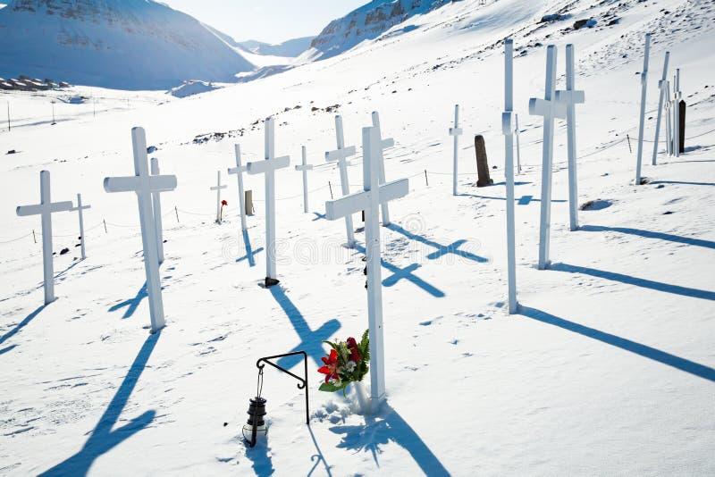 Παλαιοί άσπροι σταυροί νεκροταφείων στο χιονώδη ηλιόλουστο καιρό στοκ εικόνες με δικαίωμα ελεύθερης χρήσης