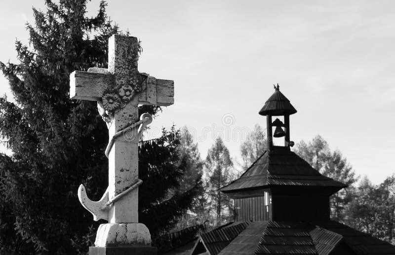 Παλαιοί άσπροι σταυρός και παρεκκλησι στοκ εικόνες με δικαίωμα ελεύθερης χρήσης