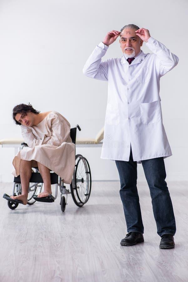 Παλαιοί αρσενικοί ψυχίατρος και ασθενής γιατρών στην αναπηρική καρέκλα στοκ φωτογραφίες με δικαίωμα ελεύθερης χρήσης
