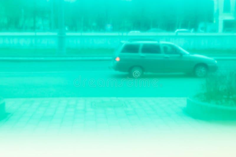 Παλαιοί γύροι αυτοκινήτων γύρω από την πόλη Άποψη μέσω του πράσινου γυαλιού Retrowave στοκ εικόνες