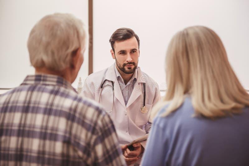 Παλαιοί ζεύγος και γιατρός στοκ εικόνα με δικαίωμα ελεύθερης χρήσης