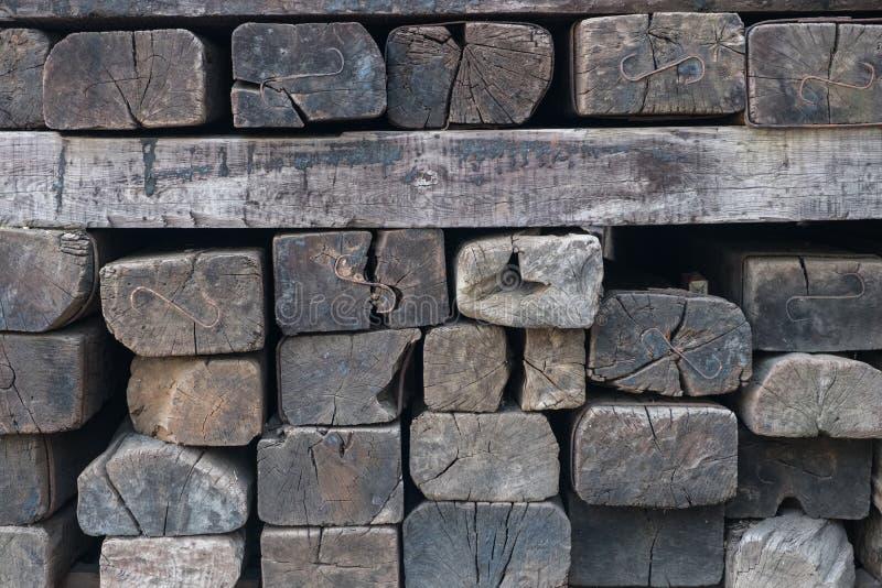 Παλαιοί ξύλινοι κοιμώμεοί σιδηροδρόμων - εκλεκτής ποιότητας ξύλινο υπόβαθρο στοκ φωτογραφία