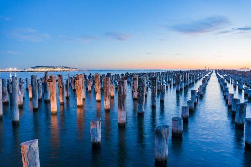 Παλαιοί ξύλινοι πυλώνες της ιστορικής αποβάθρας πριγκήπων στο λιμένα Μελβούρνη στοκ φωτογραφίες