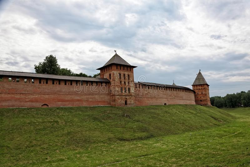 Παλαιοί πόλης τοίχοι και πύργοι Veliky Novgorod, Ρωσία στοκ εικόνα