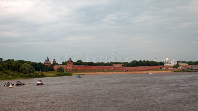 Παλαιοί τοίχοι πόλεων και πύργοι Veliky Novgorod, Ρωσία Παραλία στον ποταμό Volkhov στοκ εικόνες με δικαίωμα ελεύθερης χρήσης