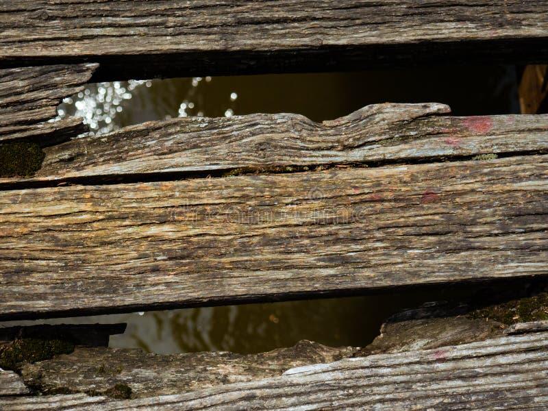 Παλαιοί φθαρμένοι ξύλινοι πίνακες σε μια γέφυρα στοκ φωτογραφία με δικαίωμα ελεύθερης χρήσης