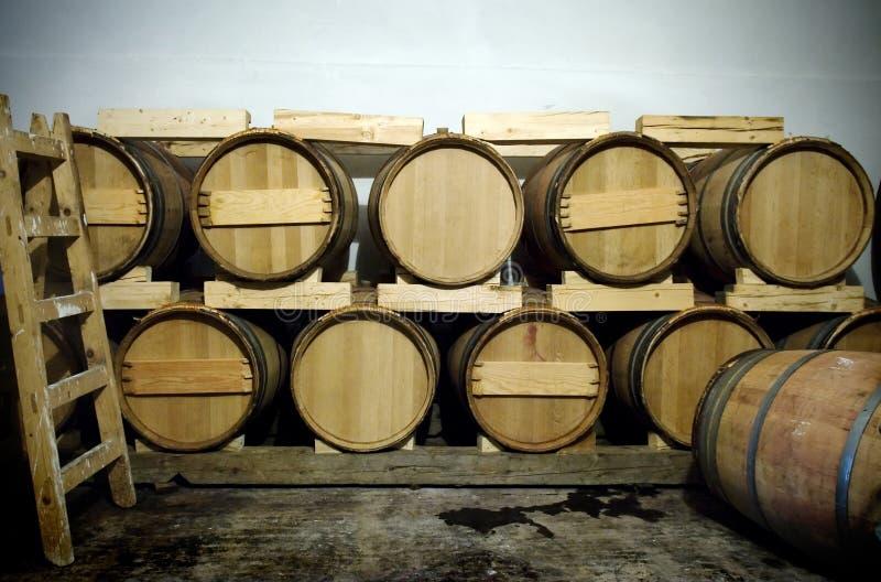 παλαιού βαρέλια κρασιού κελαριών στοκ φωτογραφίες με δικαίωμα ελεύθερης χρήσης