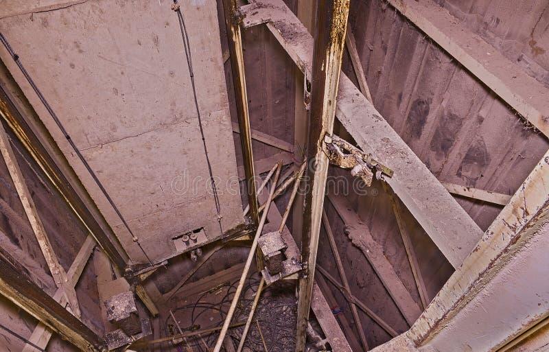 Παλαιός άξονας ανελκυστήρων με το αντίβαρο Αναδημιουργία ανελκυστήρων βιομηχανικό αντικείμενο Κινηματογράφηση σε πρώτο πλάνο Επίδ στοκ φωτογραφίες
