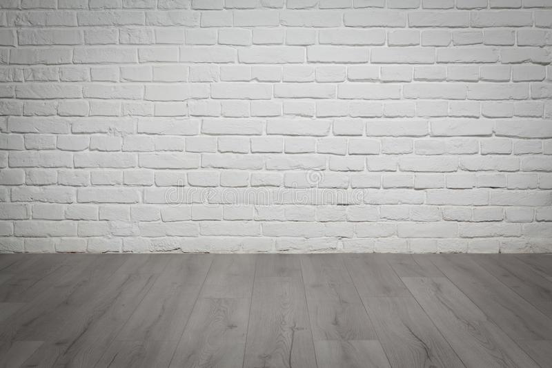 Παλαιός άσπρος τουβλότοιχος και ξύλινο υπόβαθρο πατωμάτων στοκ εικόνα