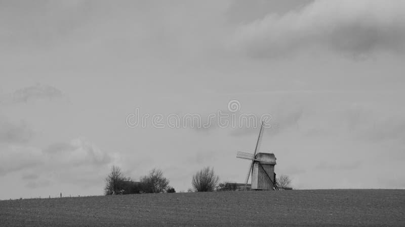 Παλαιός ανεμόμυλος στο pitgam, Γαλλία στοκ φωτογραφία