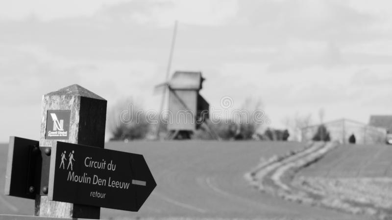 Παλαιός ανεμόμυλος στο pitgam, Γαλλία στοκ εικόνα με δικαίωμα ελεύθερης χρήσης