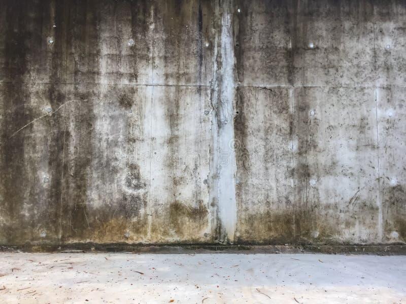 Παλαιός βρώμικος άσπρος τοίχος τσιμέντου, λεκιασμένη συγκεκριμένη σύσταση υποβάθρου στοκ εικόνα