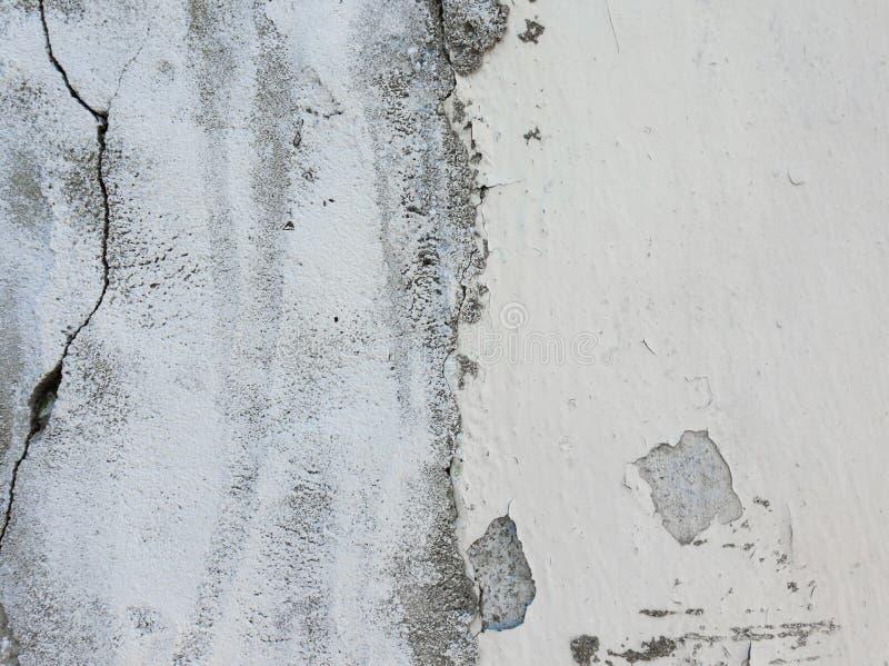 Παλαιός βρώμικος, ξεπερασμένος συμπαγής τοίχος και ραγισμένη άσπρη αποφλοίωση χρωμάτων από τη δομή beton Αφηρημένη επιφάνεια στοι στοκ φωτογραφία με δικαίωμα ελεύθερης χρήσης