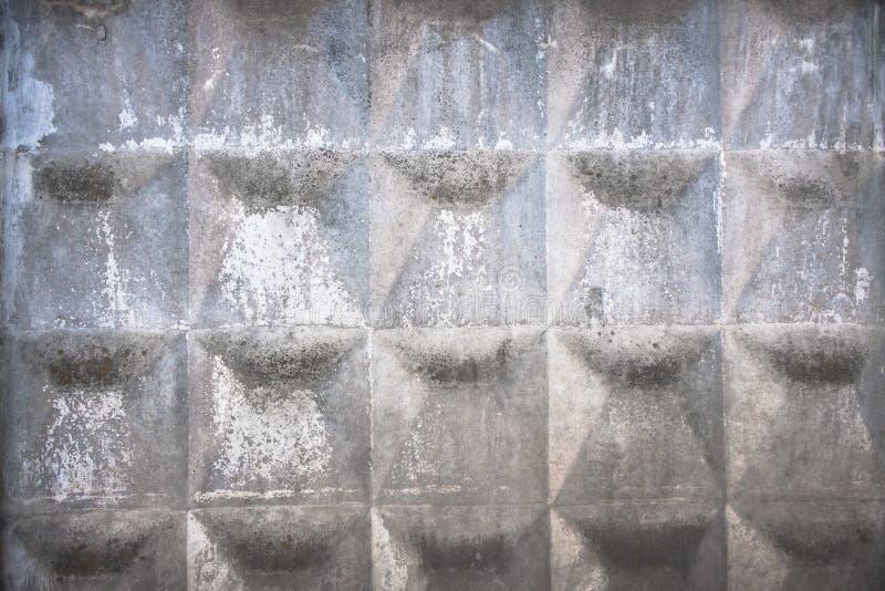 Παλαιός γκρίζος συγκεκριμένος φράκτης με το γεωμετρικό σχέδιο στοκ εικόνες