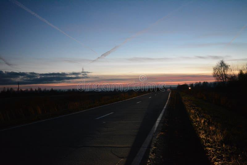 Παλαιός δρόμος στον ήλιο ρύθμισης στοκ φωτογραφία με δικαίωμα ελεύθερης χρήσης
