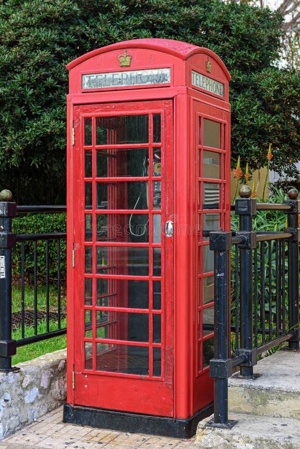 Παλαιός εκλεκτής ποιότητας αγγλικός τηλεφωνικός θάλαμος στην οδό στοκ εικόνα