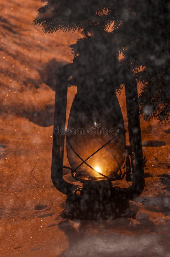 Παλαιός εκλεκτής ποιότητας λαμπτήρας βενζίνης με το φως επάνω στο χιόνι στοκ εικόνες με δικαίωμα ελεύθερης χρήσης