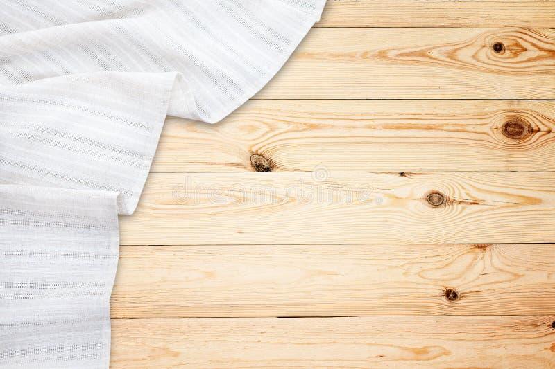 Παλαιός εκλεκτής ποιότητας ξύλινος πίνακας με το άσπρο τραπεζομάντιλο Τοπ πρότυπο άποψης στοκ φωτογραφία με δικαίωμα ελεύθερης χρήσης
