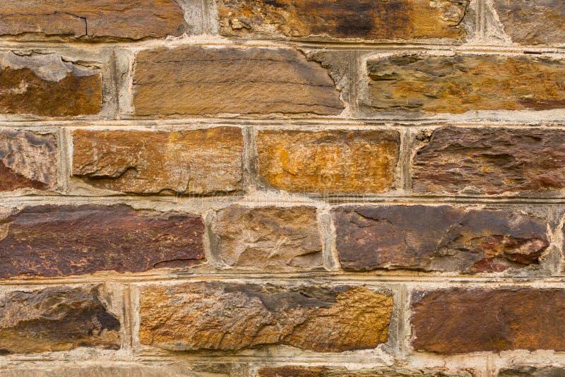 Παλαιός εκλεκτής ποιότητας τοίχος πετρών από την καφετιά μεσαιωνική πέτρα στοκ εικόνες