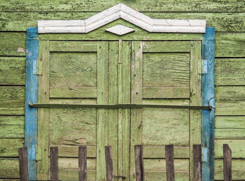 Παλαιός εκλεκτής ποιότητας τοίχος σιταποθηκών με το ξύλινο παράθυρο στοκ φωτογραφίες