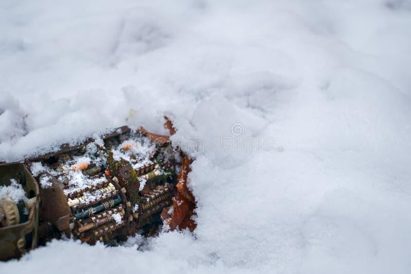 Παλαιός επιλογέας καναλιών δεκτών TV με το βρύο στο χιόνι στοκ εικόνες με δικαίωμα ελεύθερης χρήσης