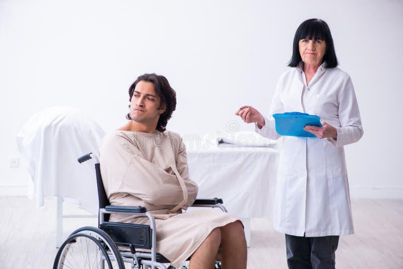 Παλαιός θηλυκός ψυχίατρος που επισκέπτεται το νέο αρσενικό ασθενή στοκ εικόνες